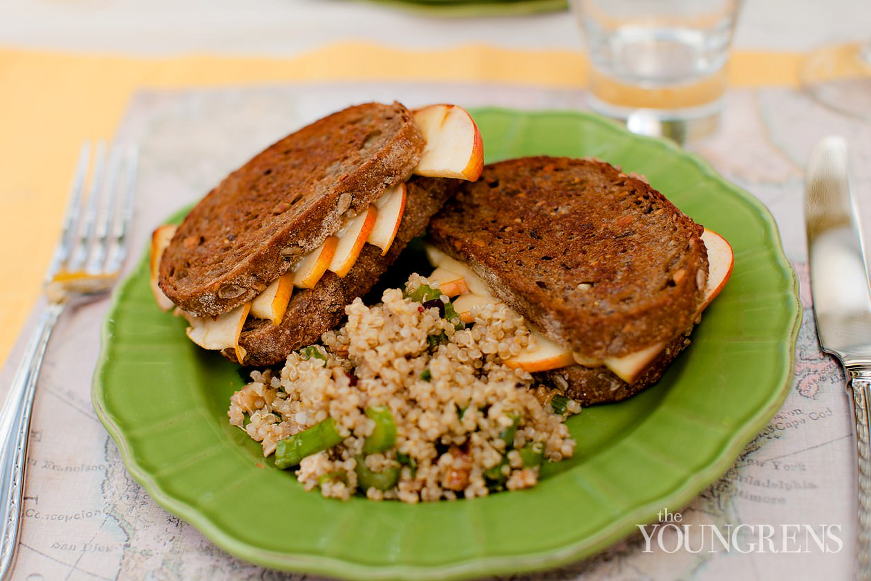 grilled cheese recipe, easy grilled cheese sandwich, gourmet grilled cheese sandwich, fast lunch recipe, easy lunch recipe, sandwich recipe, grilled cheese with gouda, grilled cheese sandwich with apples and gouda